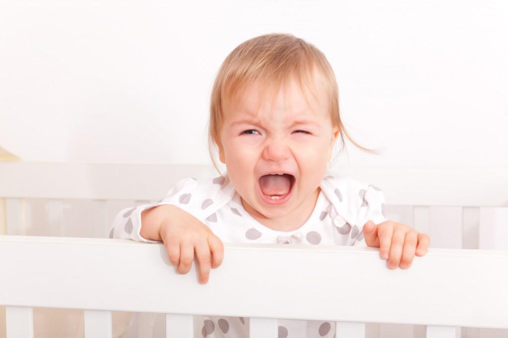 baby schreit im bett