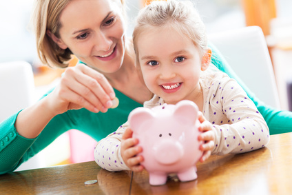 Mutter mit Kind und Sparschwein
