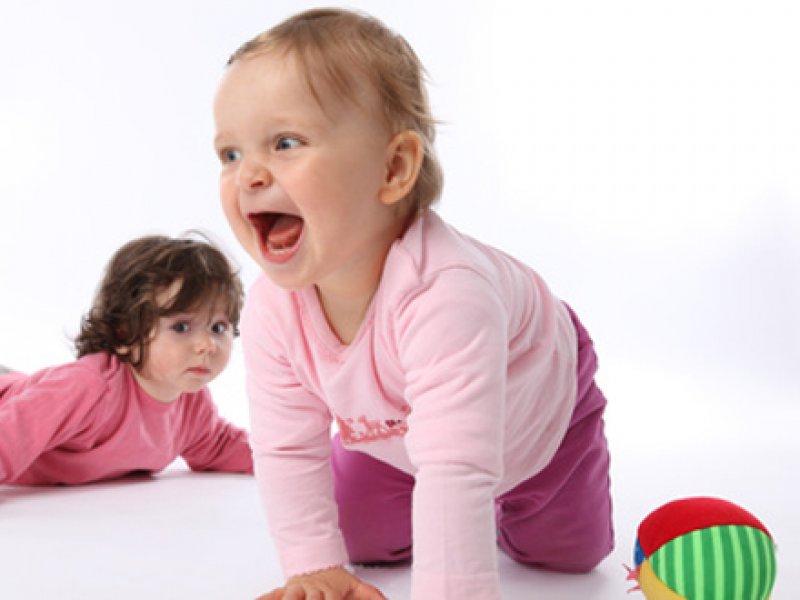 Babys beim Spielen  Alleine oder mit uns Eltern?  Mamiwebde