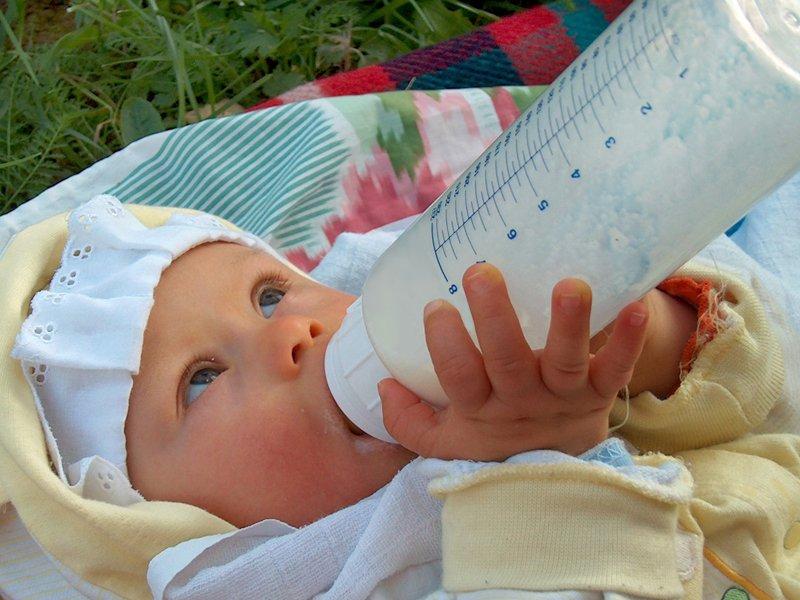 Baby Schnalzt Beim Trinken