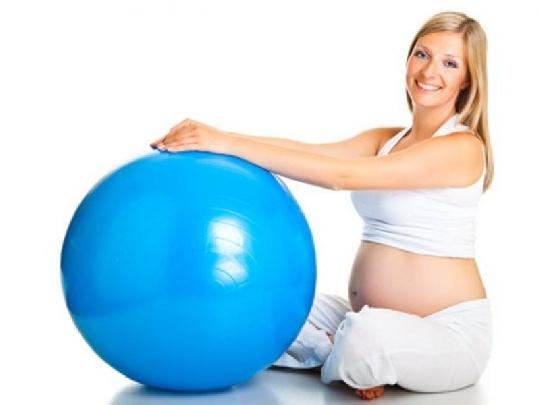 schwangere-mit-gymnastikball