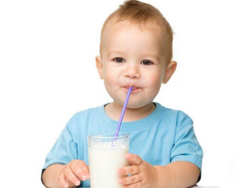 kleinkind-trinkt-milch