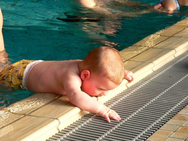 ab wann sollte man mit einem baby schwimmen gehen. Black Bedroom Furniture Sets. Home Design Ideas
