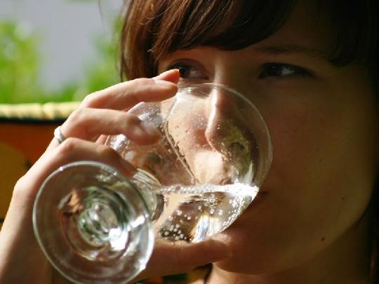trinkende-frau