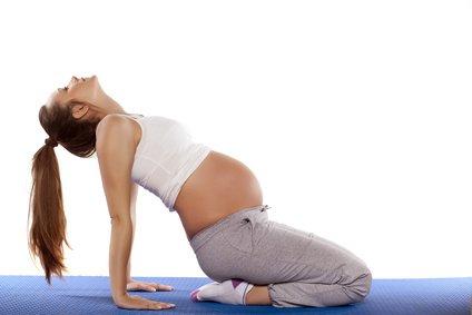 schwangere-frau-macht-sport
