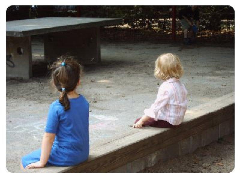 kinder-sitzen-getrennt