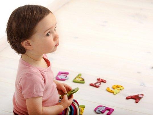 sprachentwicklung-kleinkind-spielt-mit-buchstaben
