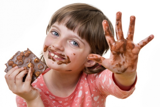kind-mit-schokolade