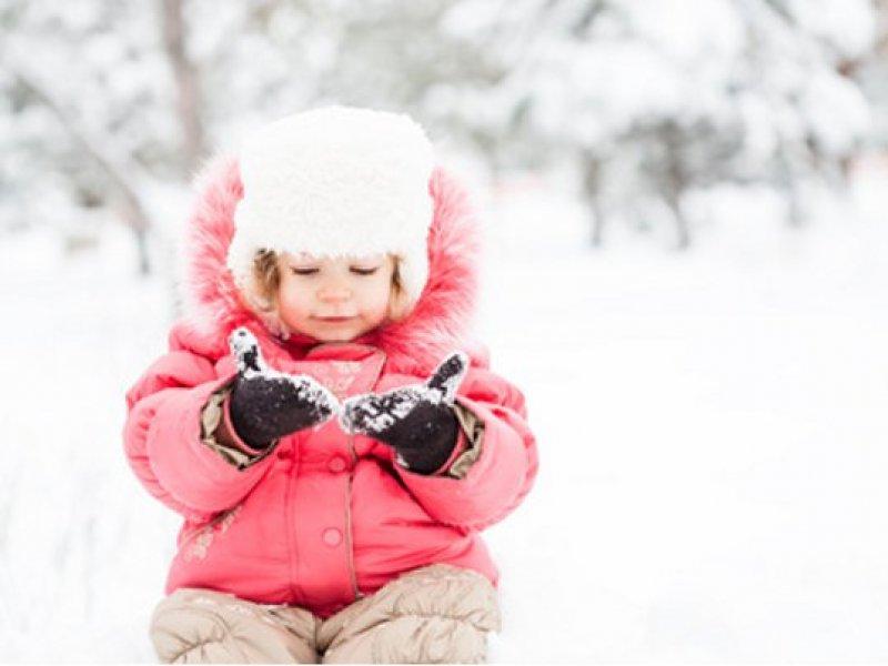 kleinkind-im-schnee