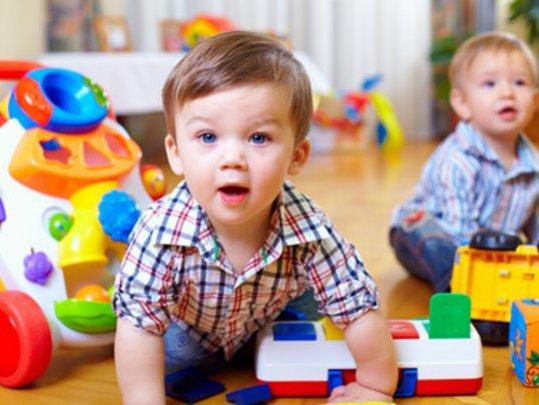 kindergarten-junge-spielt