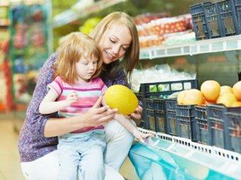 Mutter und Kind beim Einkaufen